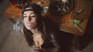 dziewczyna-pali-marihuane-thc