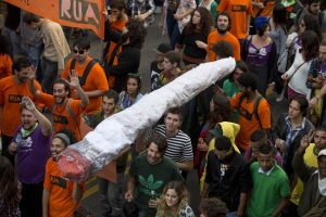 medyczna-marihuana-legalizacja-zwolennicy-medycznej-marihuany-na-pochodzie-medycznej-marihuany-i-rekreacyjnej