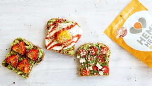 Trzy sposoby na tosty z łuskanymi nasionami konopi i awokado, THCLand.pl