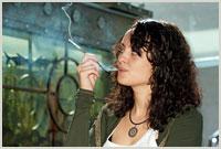 palenie-marihuany-stosowanie-zalecenie-kobieta-pali-marihuane