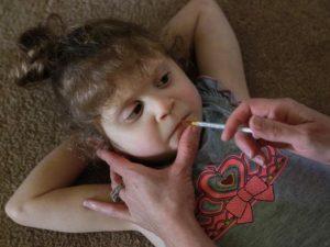 Poznaj 6 – letnią dziewczynkę, która po raz pierwszy stanęła na nogi po zażyciu medycznej marihuany, THCLand.pl
